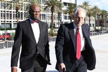 El ex líder de la mayoría en el Senado de Nevada, Kelvin Atkinson, a la izquierda, y su abogado Richard Wright llegan al Palacio de Justicia de los Estados Unidos Lloyd George el lunes 11 de mar ...