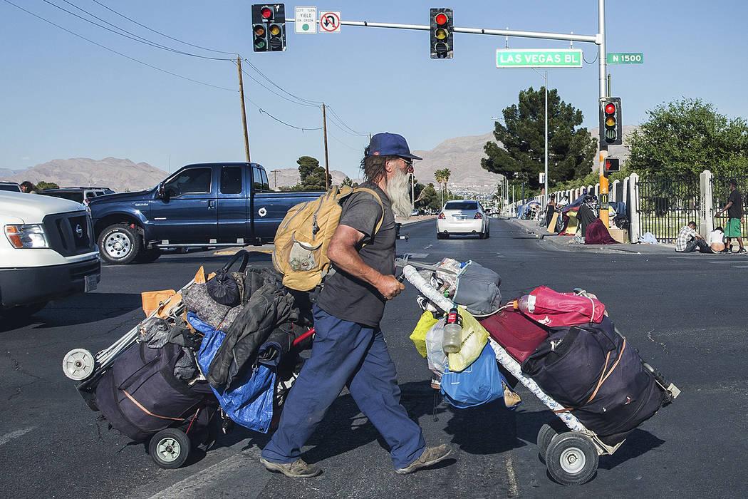 Un hombre transporta sus posesiones a través de North Las Vegas Boulevard y East Owens Avenue el jueves 3 de mayo de 2018, en Las Vegas. Benjamin Hager Las Vegas Review-Journal @benjaminhphoto