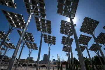ARCHIVO.- Filas de paneles solares absorben los rayos del sol en las afueras del Ayuntamiento de Las Vegas en el centro de la ciudad, el viernes 22 de septiembre de 2017. Foto Richard Brian / Las ...