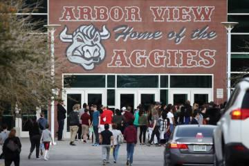 La gente llega a un evento a la escuela Arbor View High School en Las Vegas, el martes 19 de marzo de 2019. (Erik Verduzco / Las Vegas Review-Journal) @Erik_Verduzco