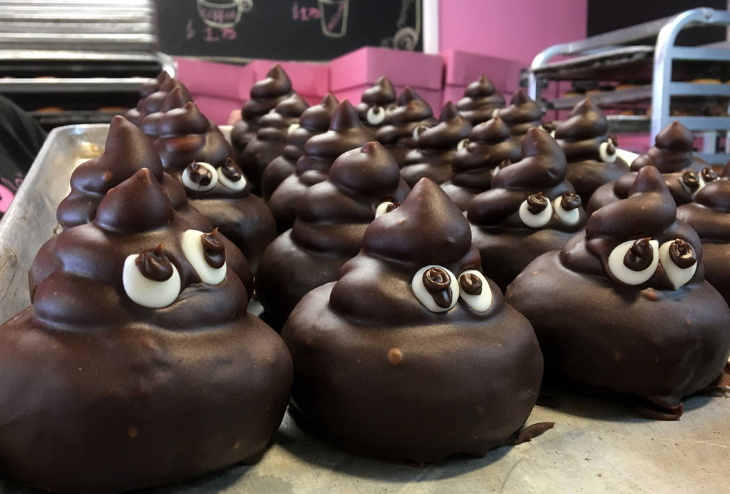 """Las donas """"PooEmoji"""" forman parte de una demanda de Pinkbox Donuts que alega que un competidor está copiando sus secretos comerciales, diseños y recetas. Miércoles, 20 de marzo de 2019. (Michae ..."""