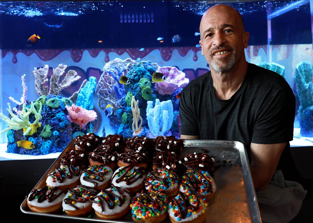 """Brett Raymer, estrella del programa de televisión """"Tanked"""" y socio de Donut Mania, posa para una foto en su tienda en Las Vegas el viernes 9 de marzo de 2018. (Las Vegas Review-Journal)"""