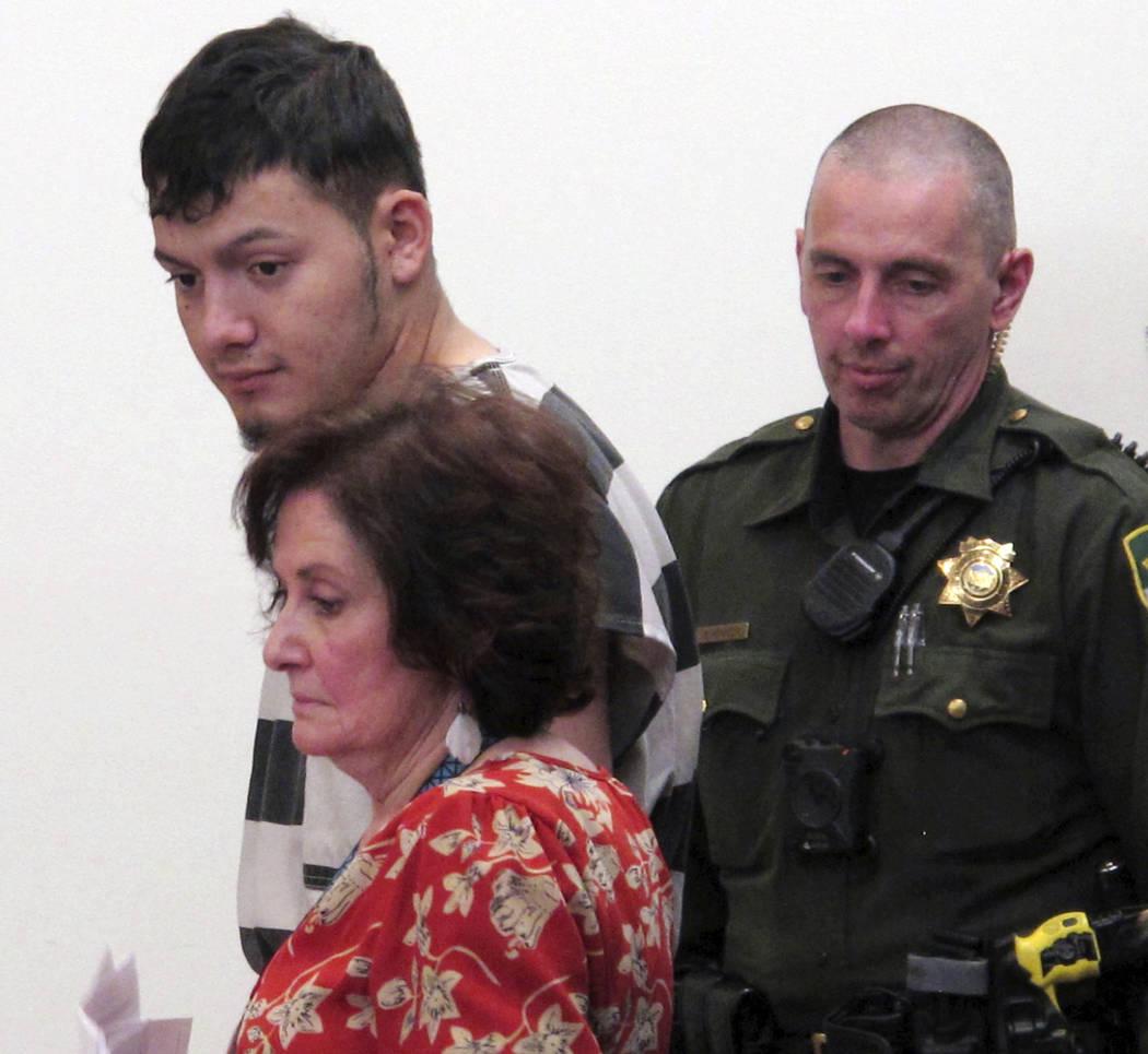 Wilber Ernesto Martínez-Guzmán, de 19 años, arriba a la izquierda, de El Salvador, escucha los procesos durante su comparecencia inicial en el Tribunal de Justicia de Carson City, el jueves 24 ...