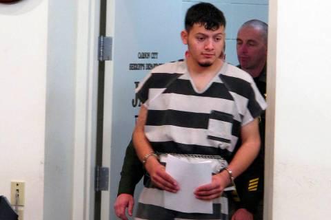 Wilber Ernesto Martínez-Guzmán, de 19 años, de El Salvador, es acompañado a la sala del tribunal para su aparición inicial en el Tribunal de Justicia de Carson City en Carson City, Nevada, el ...