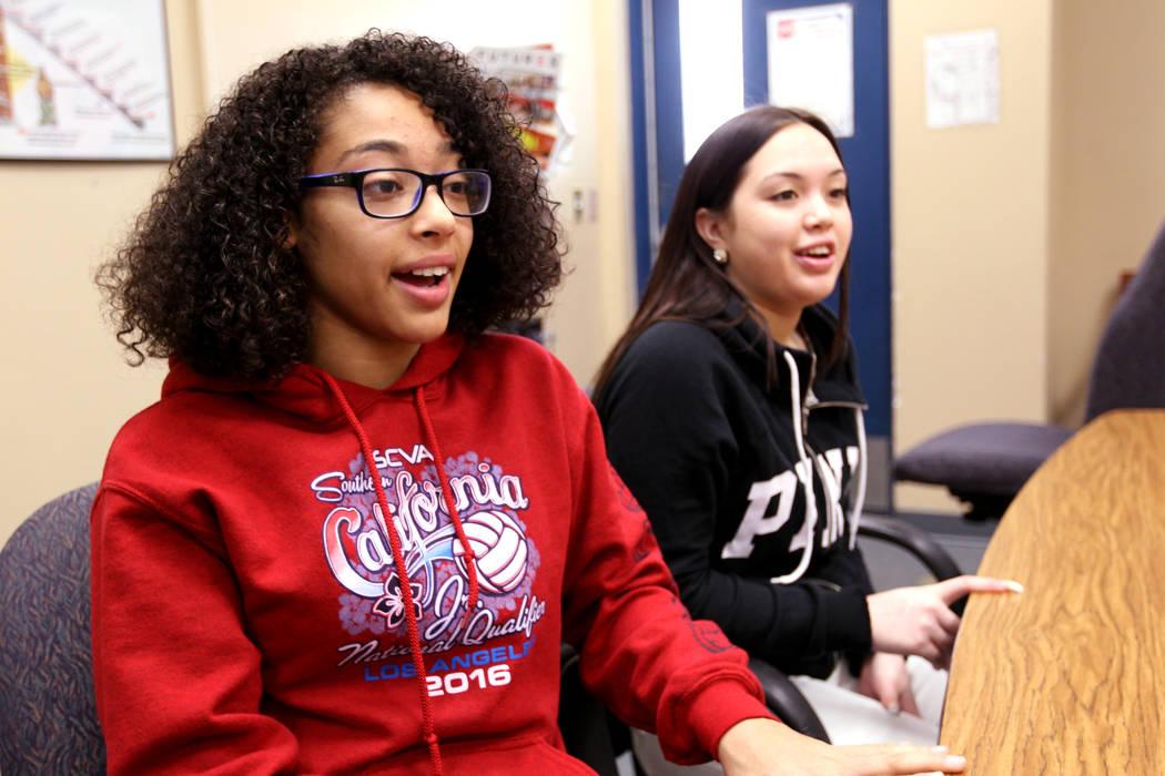 Miya Burns, estudiante de Cheyenne High, de 17 años, y Alanna Keen de 16 años, hablan sobre el programa de justicia restaurativa administrado en North Las Vegas el miércoles 21 de febrero de 20 ...