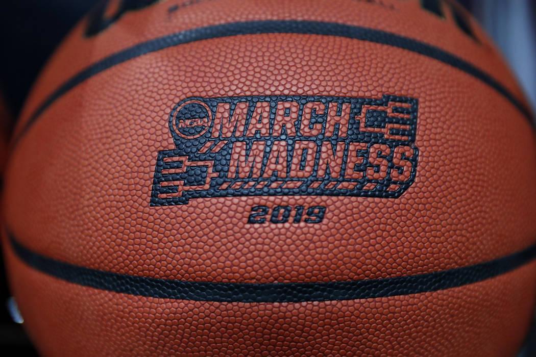Un balón con un logotipo se ve antes de un partido de baloncesto universitario masculino de primera ronda entre Minnesota y Louisville en el Torneo NCAA, el jueves 21 de marzo de 2019, en Des Moi ...