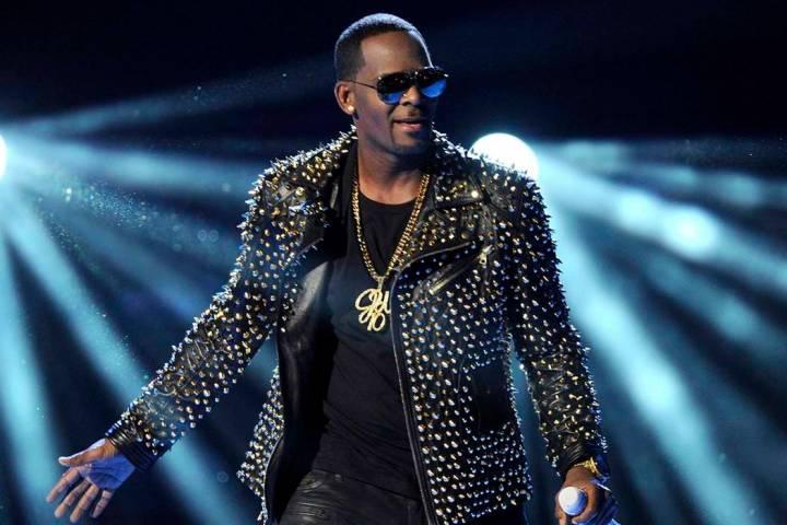 En esta foto de archivo del 30 de junio de 2013, R. Kelly se presenta en los BET Awards en Los Ángeles. Kelly le pidió a un juez de Chicago que lo dejara viajar al extranjero para conciertos en ...