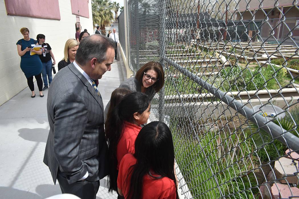 La senadora Cortez Masto y el superintendente del Distrito Escolar del Condado Clark, Jesús Jara, visitaron la escuela primaria Mabel Hoggard Math & Science Magnet para realizar un recorrido. Mar ...