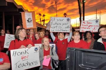 Los partidarios de la Asociación de Educación del Condado de Clark escuchan al presidente del sindicato, Ruben Murillo, durante una manifestación frente al Centro de Educación Edward Greer en ...