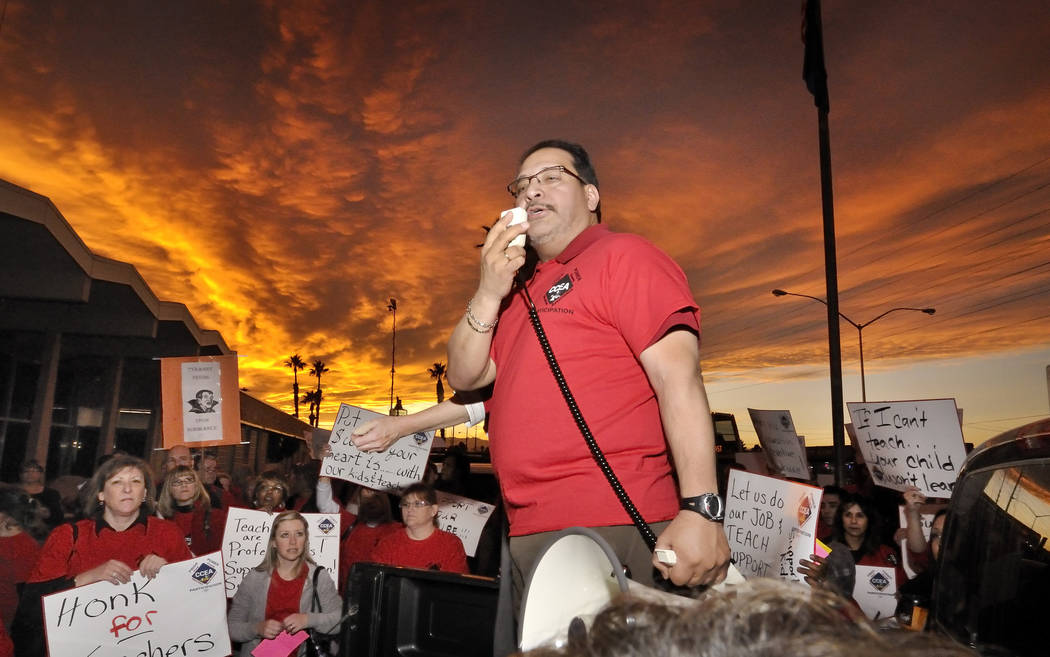 El presidente de la Asociación de Educación del Condado de Clark, Ruben Murillo, habla durante una manifestación frente al Centro de Educación Edward Greer en 2832 E. Flamingo Road el jueves 2 ...