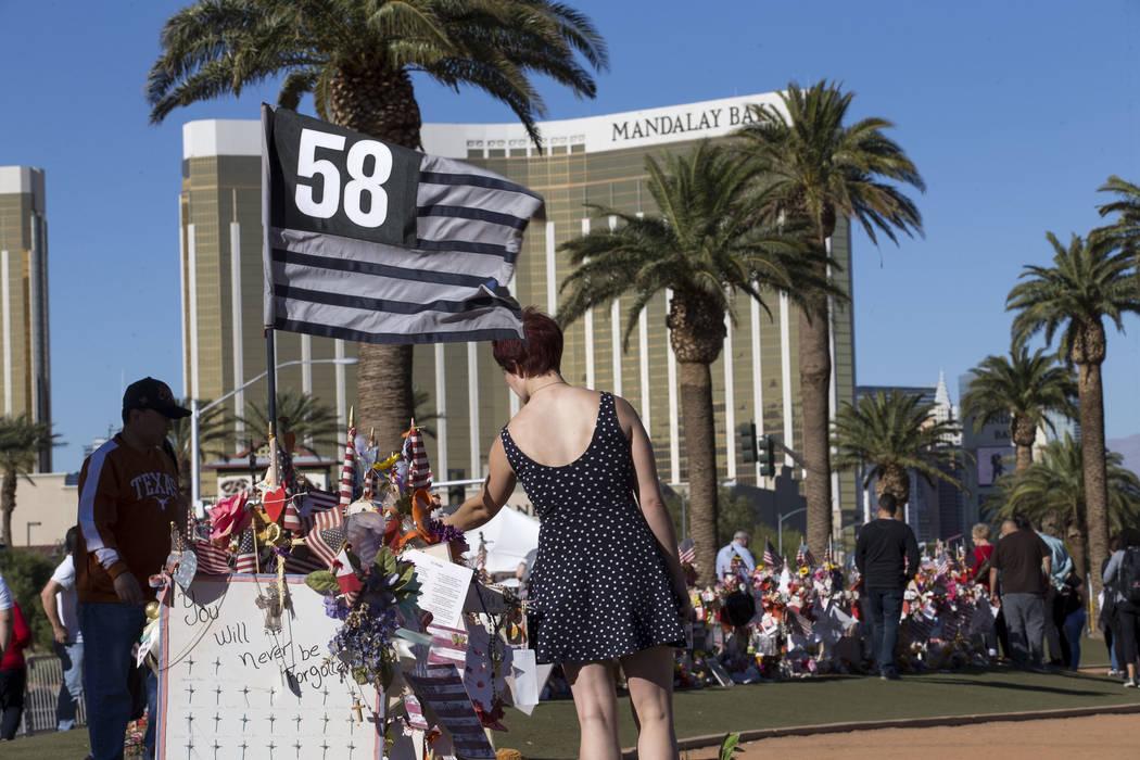 Cruces y recordatorios dejados por los visitantes en un memorial para las víctimas del tiroteo del Route 91 en el letrero Welcome to Fabulous Las Vegas, el jueves 9 de noviembre de 2017. Richard ...