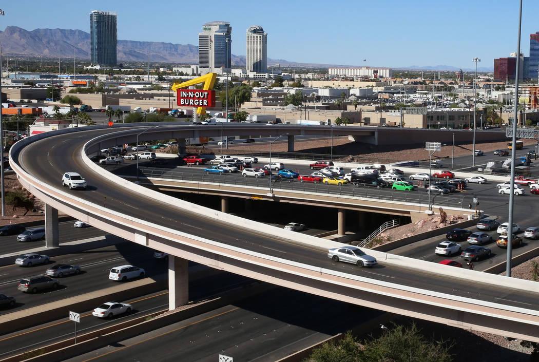 Viajeros en el cruce de Tropicana Avenue en la Interestatal 15, el lunes 9 de octubre de 2017, en Las Vegas. Bizuayehu Tesfaye Las Vegas Review-Journal @bizutesfaye