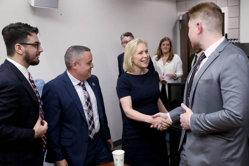 La candidata presidencial demócrata, la senadora Kirsten Gillibrand, demócrata por Nueva York, se reúne con abogados de estudiantes de la Clínica de Inmigración de la UNLV, de izquierda a der ...
