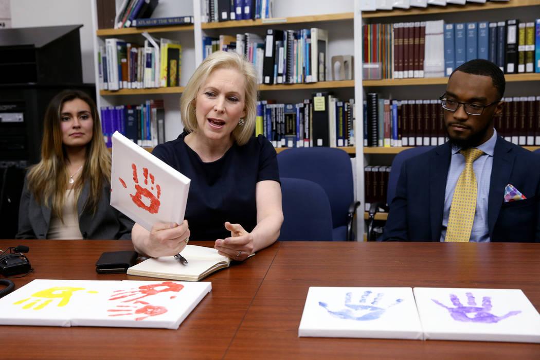 La candidata presidencial demócrata, la Sen. Kirsten Gillibrand, DN.Y., durante una mesa redonda en la Clínica de Inmigración de la UNLV, que incluye a la estudiante de derecho Bryanna Gutiérr ...
