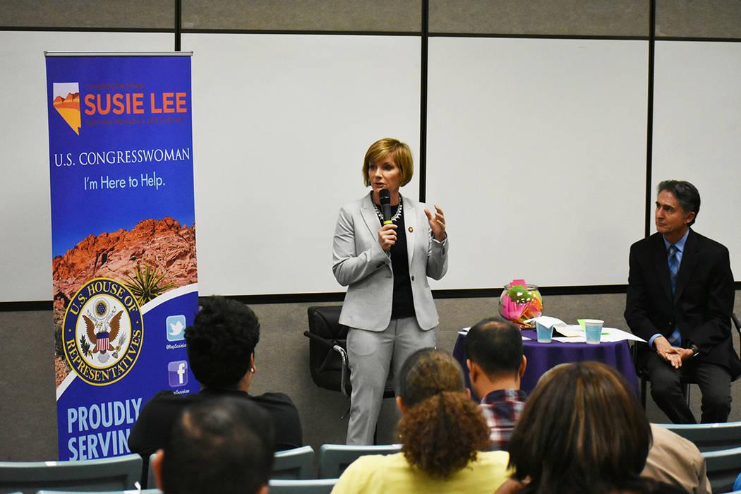 La congresista Susie Lee realizó su primera reunión comunitaria con los habitantes del Distrito Congresual 3. Miércoles 20 de marzo de 2019 en la escuela preparatoria Silverado. Foto Anthony Av ...