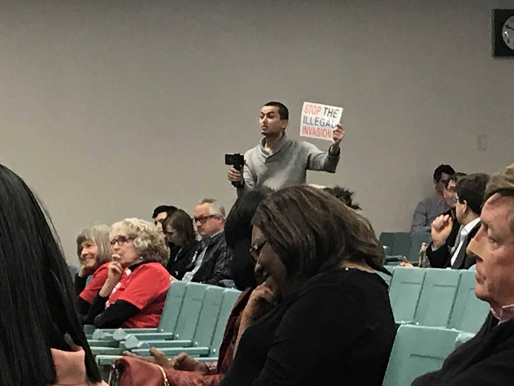 Un opositor le pidió a Lee trabajar para detener el cruce de inmigrantes ilegales a EE.UU. Miércoles 20 de marzo de 2019 en la escuela preparatoria Silverado. Foto Anthony Avellaneda / El Tiempo.