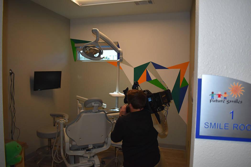 Se abrió un nuevo centro dental a un costado de la escuela primaria Elaine P. Wynn, para ayuda ...