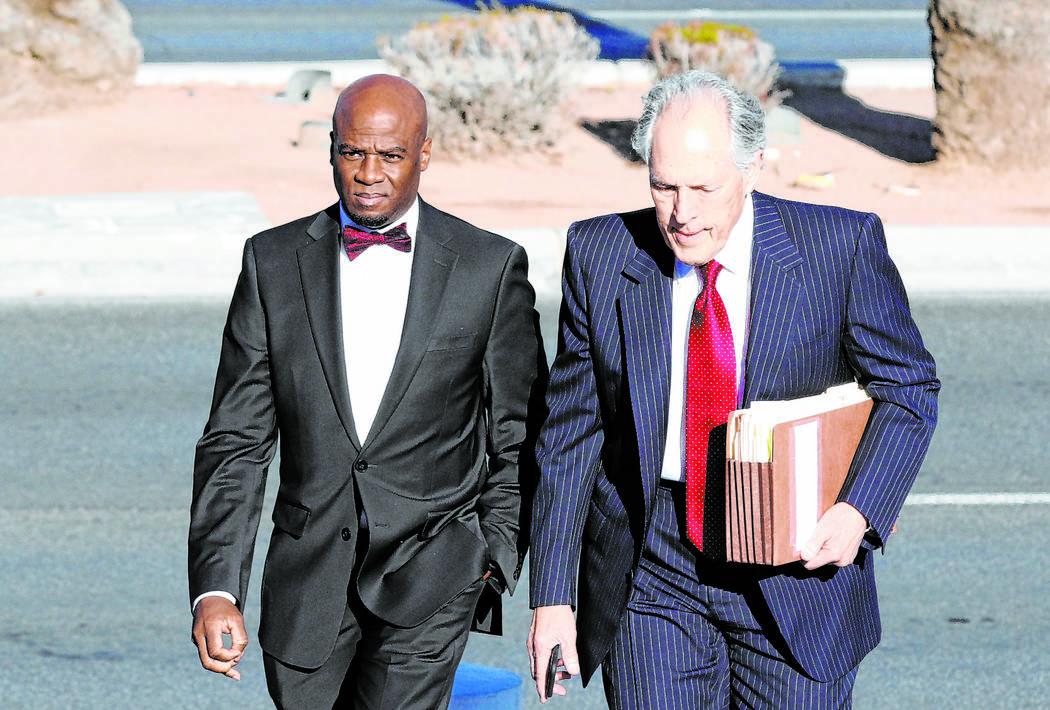 El ex líder de la mayoría en el Senado de Nevada, Kelvin Atkinson, a la izquierda y su abogado Richard Wright, llegan al Palacio de Justicia de los Estados Unidos Lloyd George el lunes 11 de mar ...