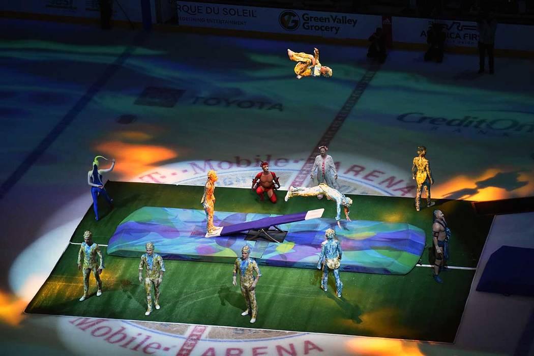 El partido efectuado entre Vegas Golden Knights vs Winnipeg Jets, contó con una breve demostración acrobática de miembros del Cirque Du Soleil. Jueves 21 de marzo de 2019 en la arena T-Mobile. ...
