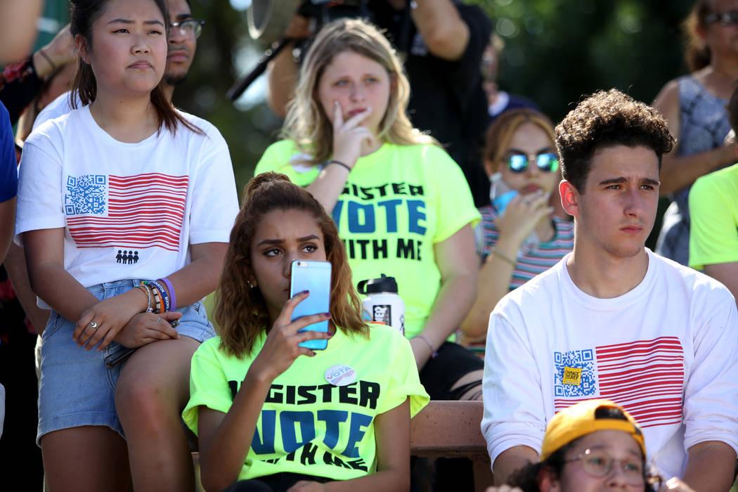 Kelly Choi, 17, desde la izquierda, Franlisha Vasquez, 15, y Amit Dadon, observan a Manny Oliver crear un mural en una Caminata de Registro de Votantes del Camino al Cambio en Sunset Park en Las V ...