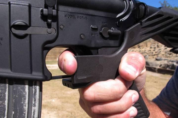 """El instructor de tiro, Frankie McRae ilustra el agarre de un rifle AR-15 equipado con un """"automatizador"""" en su 37 PSR Gun Club en Bunnlevel, NC, el miércoles 4 de octubre de 2017. El dispositivo ..."""