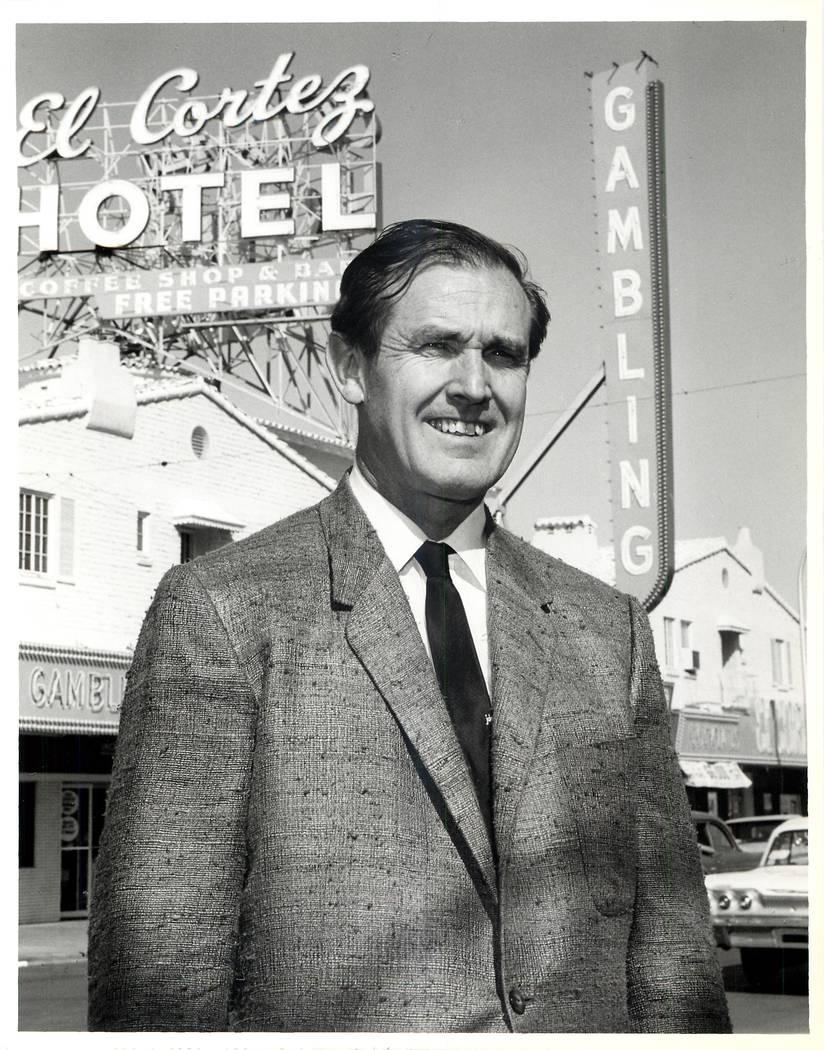 Jackie Gaughan frente a El Cortez, que llenó una manzana de la ciudad cuando se inauguró el 7 de noviembre de 1941. (Oficina de Noticias de Las Vegas)