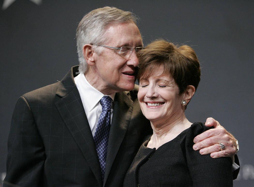 El senador estadounidense Harry Reid, demócrata por Nevada, celebra con su esposa, Landra Gould, durante una fiesta de la noche electoral en el hotel-casino Aria en Las Vegas en noviembre de 2010 ...
