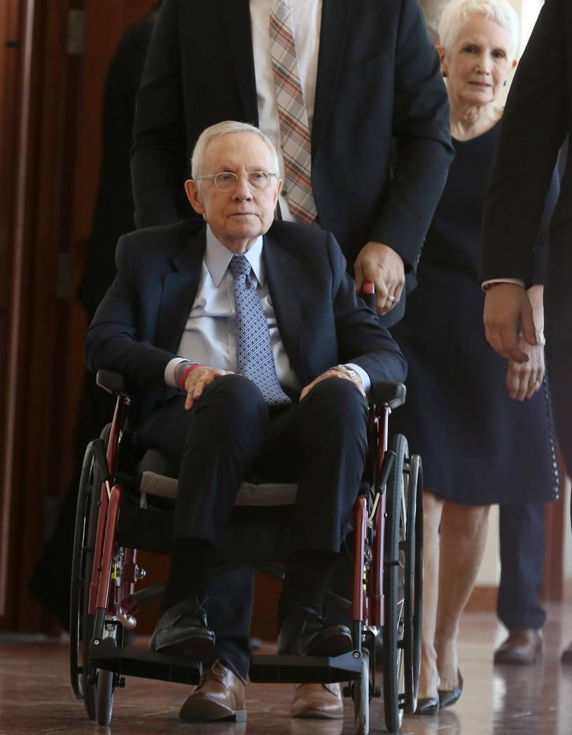El ex senador estadounidense Harry Reid, quien demandó a los creadores de una banda de ejercicio después de lesionarse el ojo, abandona la sala de audiencias después de asistir al primer día d ...