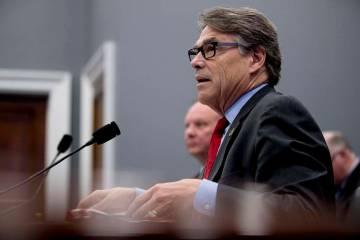 El secretario de Energía, Rick Perry, habla durante una audiencia del subcomité de Asignaciones de Vivienda sobre el presupuesto en Capitol Hill en Washington, el martes 26 de marzo de 2019. (An ...