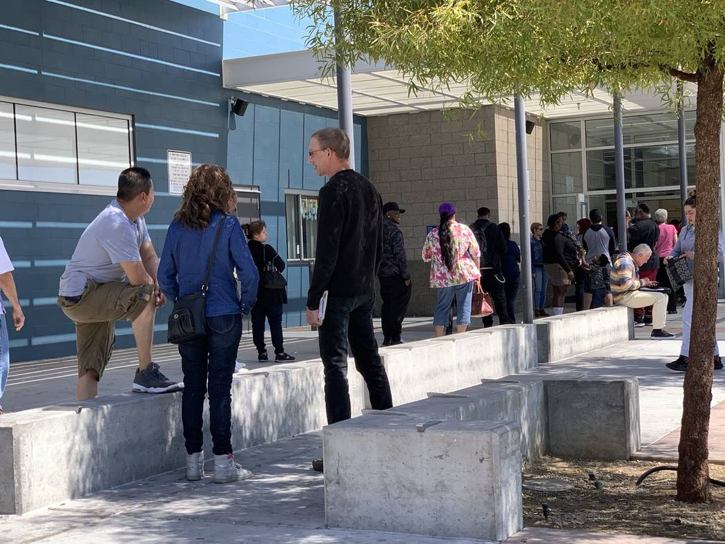 La gente se forma en la oficina del DMV en 2701 E. Sahara Ave., en Las Vegas. (Archivo del Las Vegas Review-Journal)