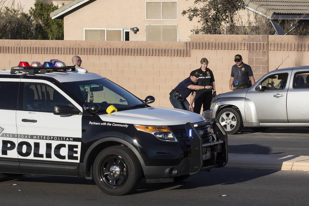 La policía investiga un accidente automovilístico en South Fort Apache Road y West Arby Avenue que dejó un menor de edad muerto y otro hospitalizado el lunes 25 de marzo de 2019, en Las Vegas. ...