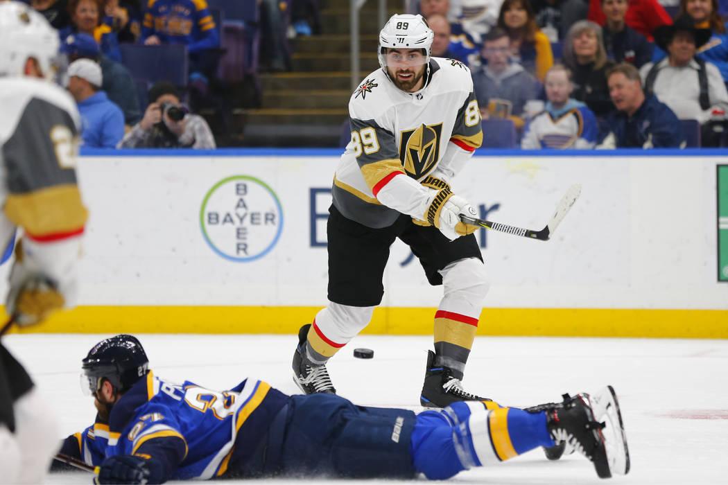 A Alex Tuch (89) de los Golden Knights de Las Vegas, le desvían su pase por Alex Pietrangelo (27) de los St. Louis Blues durante el primer período de un juego de hockey de la NHL el lunes 25 de ...
