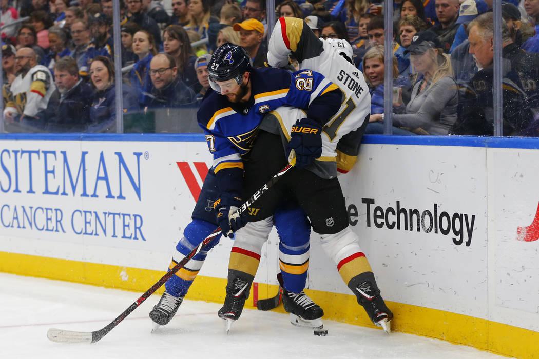 Alex Pietrangelo (27) de St. Louis Blues, mantiene a Mark Stone (61) de los Golden Knights de Vegas fuera del alcance del puck durante el primer período de un juego de hockey de la NHL el lunes 2 ...