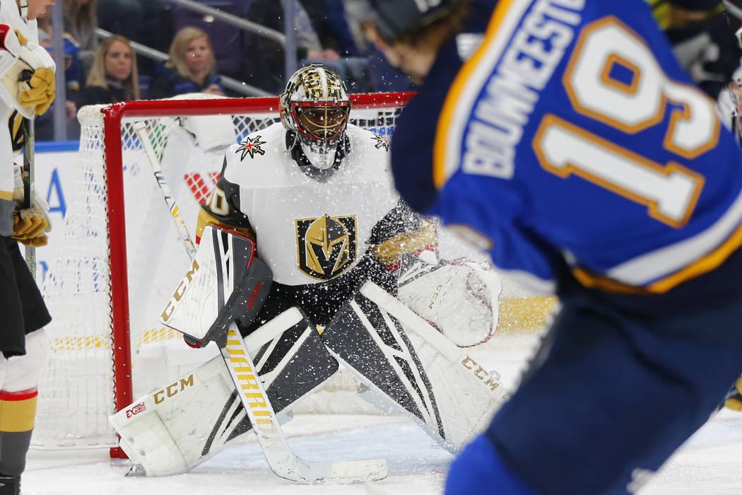 El portero de los Golden Knights de Las Vegas, Malcolm Subban (30), busca hacer una salvación contra los St. Louis Blues durante el segundo período de un juego de hockey de la NHL el lunes 25 de ...