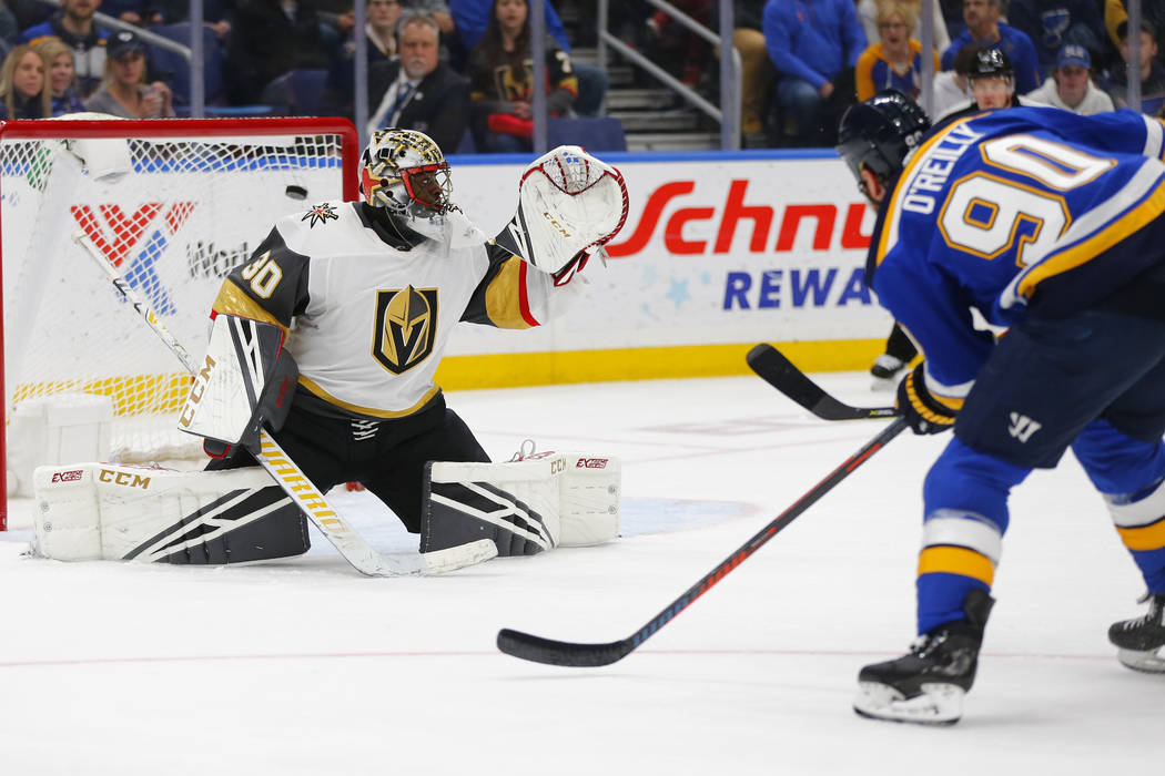 Ryan O'Reilly (90) de St. Louis Blues, marca un gol contra el portero Malcolm Subban (30) de los Vegas Golden Knights durante el segundo período de un juego de hockey de la NHL el lunes 25 de mar ...