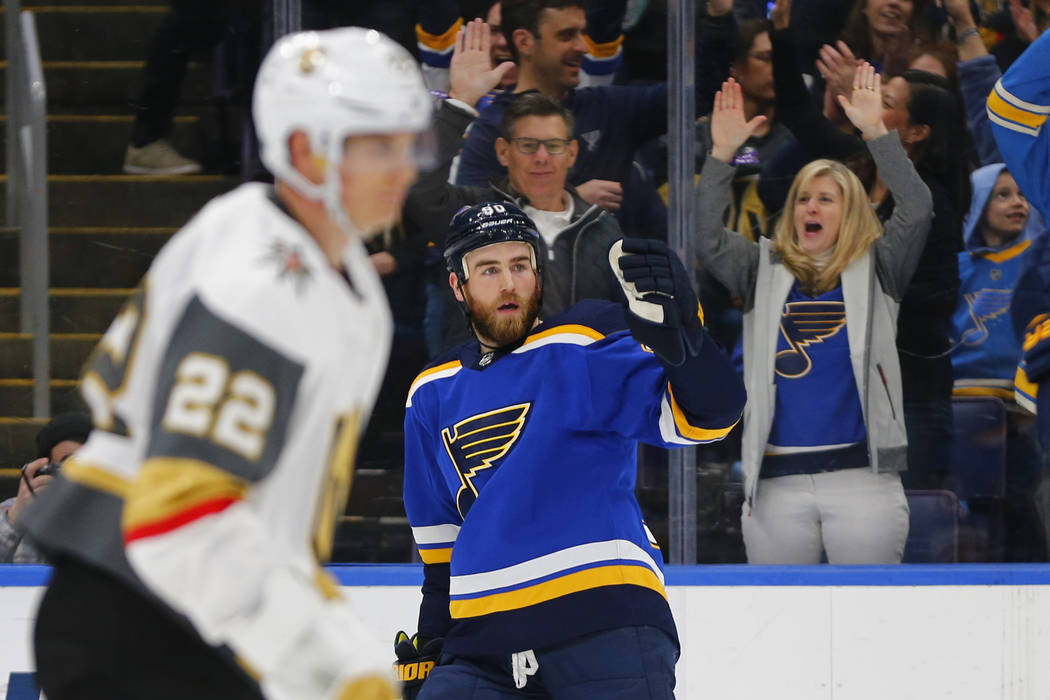 Ryan O'Reilly (90) de los St. Louis Blues, celebra después de marcar un gol contra los Golden Knights de Las Vegas durante el segundo período de un juego de hockey de la NHL el lunes 25 de marzo ...