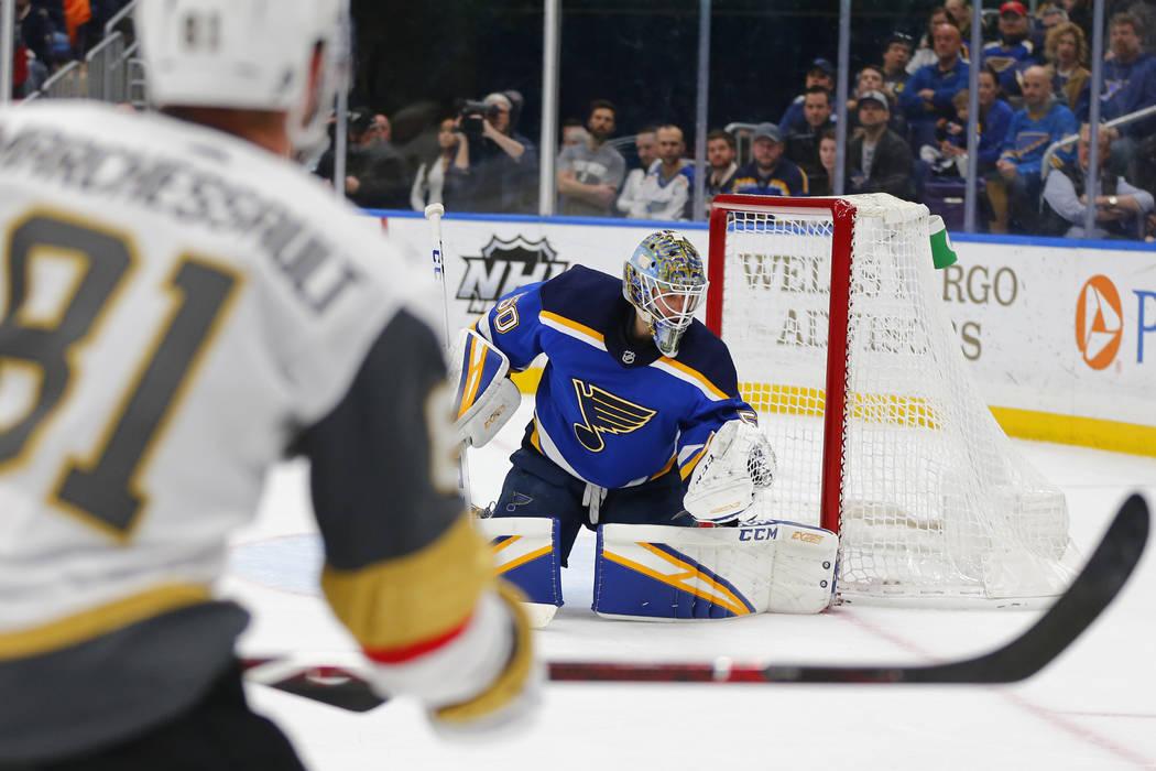 El portero de los St. Louis Blues, Jordan Binnington (50) hace un rescate ante los Golden Knights de Las Vegas durante el primer período de un juego de hockey de la NHL el lunes 25 de marzo de 20 ...