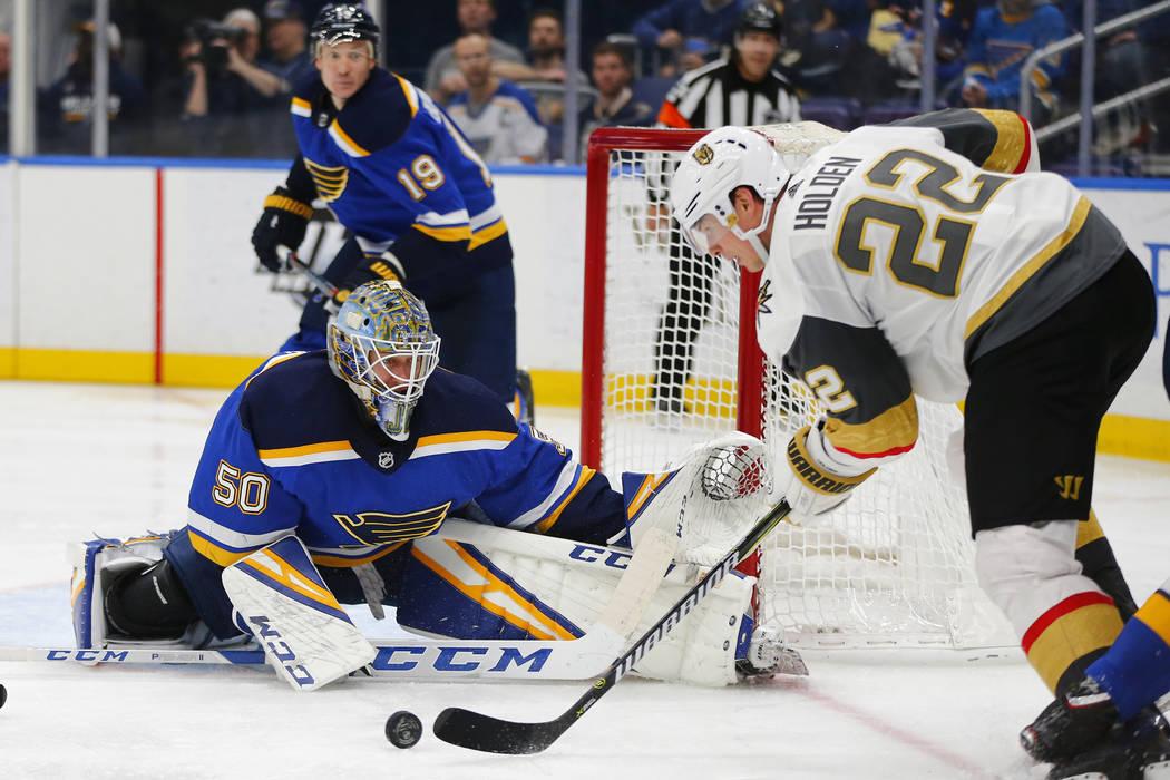 El portero de los St. Louis Blues, Jordan Binnington (50) busca hacer una salvación contra Nick Holden (22) de Vegas Golden Knights durante el tercer período de un juego de hockey de la NHL el l ...