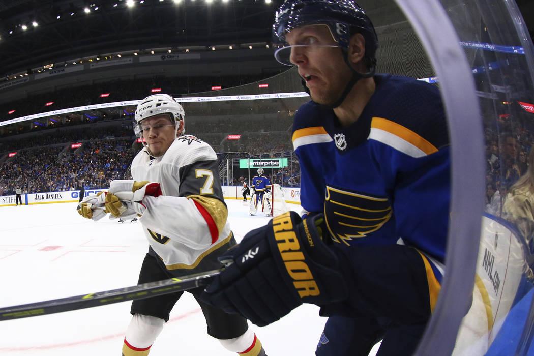 Valentin Zykov (7), de Rusia, de los Vegas Golden Knights, se prepara para atacar a Carl Gunnarsson (4), de Suecia, de los St. Louis Blues durante el primer período de un juego de hockey de la NH ...
