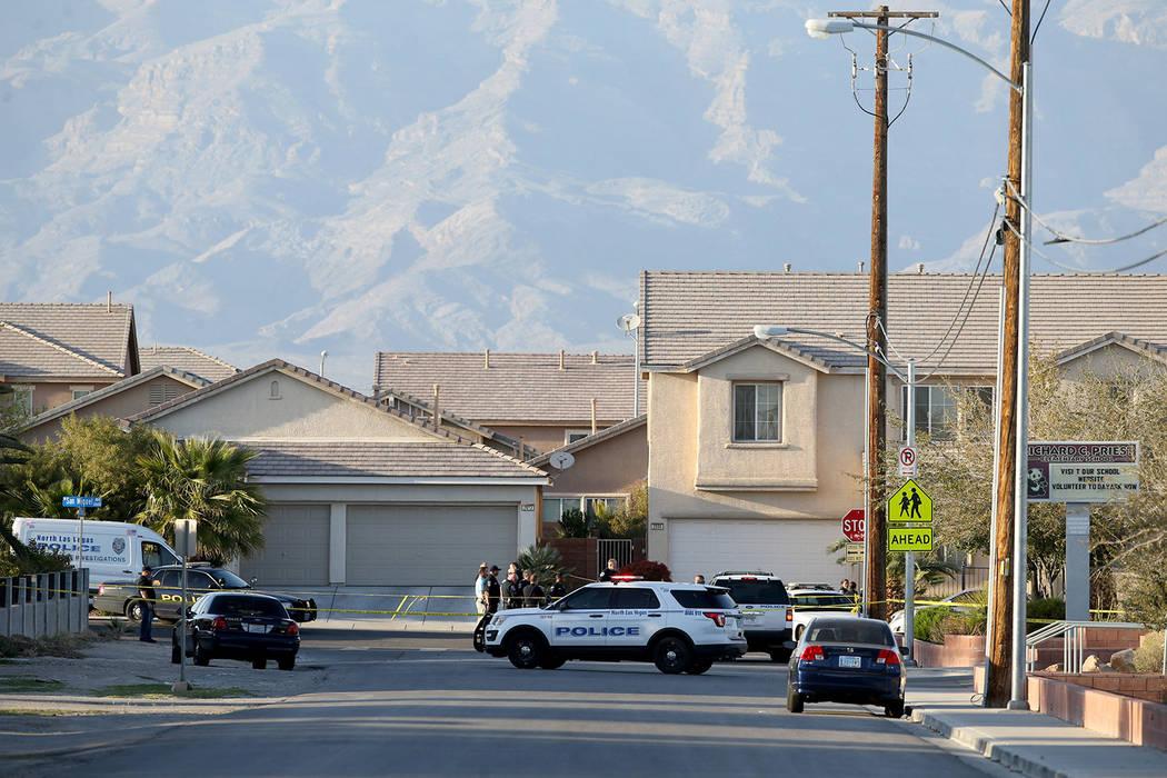 La policía de North Las Vegas investiga un tiroteo en la avenida San Miguel, cerca de la calle Coleman, el lunes 25 de marzo de 2019. La policía dijo que varias personas resultaron heridas y uno ...