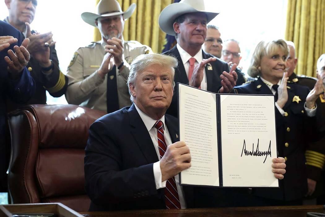 El presidente Donald Trump emitió el primer veto de su presidencia, anulando al Congreso para proteger su declaración de emergencia para la financiación del muro fronterizo, en la Oficina Oval ...