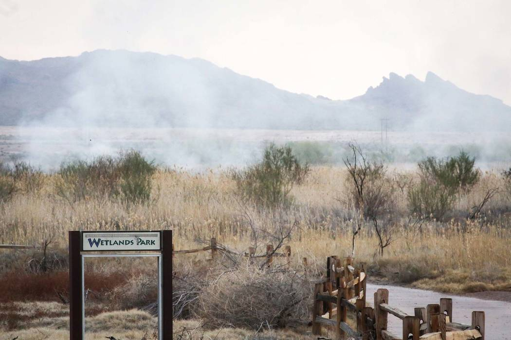 Surge humo después de apagar un incendio en el Wetlands Park, al norte del Sam Boyd Stadium, en Las Vegas, el miércoles 27 de marzo de 2019. (Caroline Brehman / Las Vegas Review-Journal) @caroli ...
