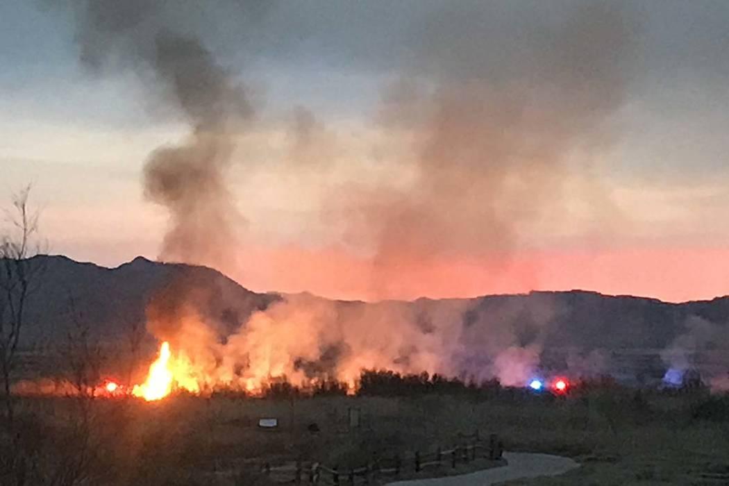 Un incendio en el Wetlands Park, al norte del estadio Sam Boyd el miércoles 27 de marzo de 2019. (Lukas Eggen / Las Vegas Review-Journal)