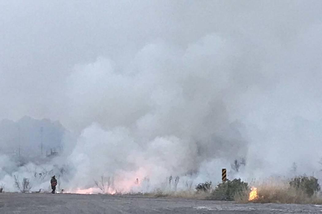 Humo después de apagar un incendio en el Wetlands Park, al norte del Sam Boyd Stadium, en Las Vegas, el miércoles 27 de marzo de 2019. (Caroline Brehman / Las Vegas Review-Journal) @carolinebrehman