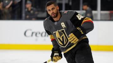 El centro Pierre-Edouard Bellemare de los Vegas Golden Knights (41), se calienta antes de un partido de hockey de la NHL contra los Florida Panthers, el jueves 28 de febrero de 2019, en Las Vegas. ...