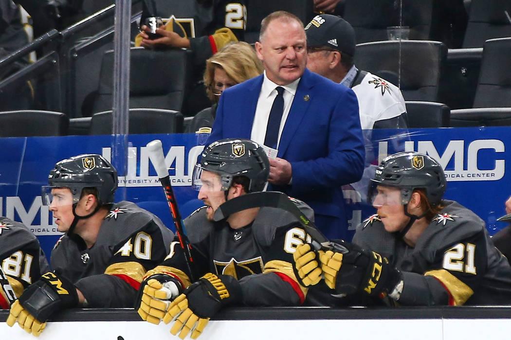 El entrenador en jefe de los Golden Knights, Gerard Gallant, en azul, observa durante el segundo período de un juego de hockey de la NHL contra los Jets de Winnipeg en T-Mobile Arena de Las Vegas ...