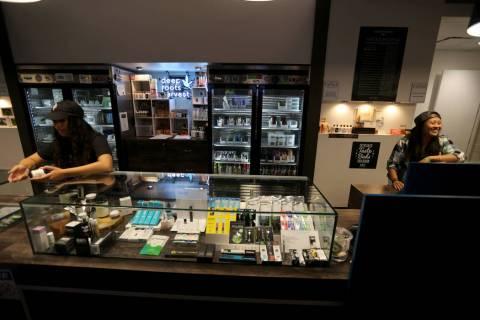 """Alyssa Jusino, izquierda, y Jezrey Saenz ayudan a los clientes en el dispensario de marihuana """"Exhale"""" Nevada en Las Vegas el jueves 28 de junio de 2018. K.M. Cannon Las Vegas Review-Journal @KMCa ..."""