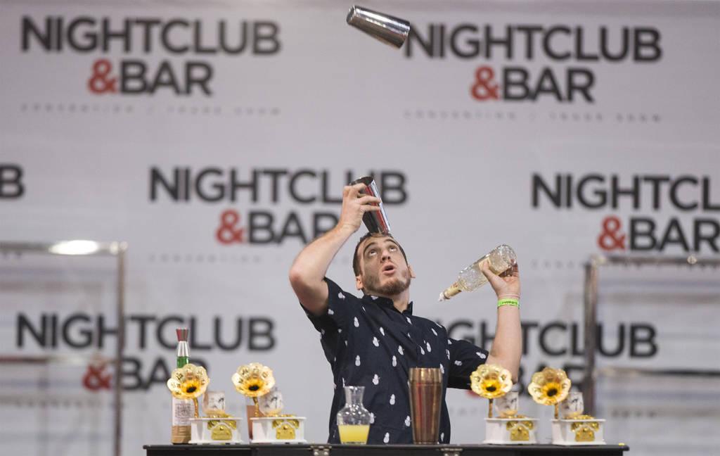 Harry Rivera se presenta en la competencia de coctelería en el Nightclub and Bar Show el martes 26 de marzo de 2019 en el Centro de Convenciones de Las Vegas, en Las Vegas. (Benjamin Hager Review ...