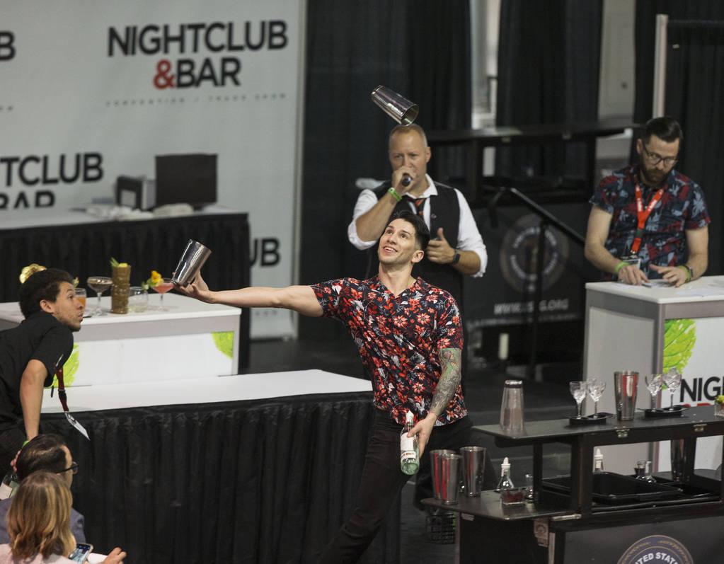Cruz Gutierrez se presenta en la competencia de coctelería en el Nightclub and Bar Show el martes 26 de marzo de 2019 en el Centro de Convenciones de Las Vegas, en Las Vegas. (Benjamin Hager Revi ...