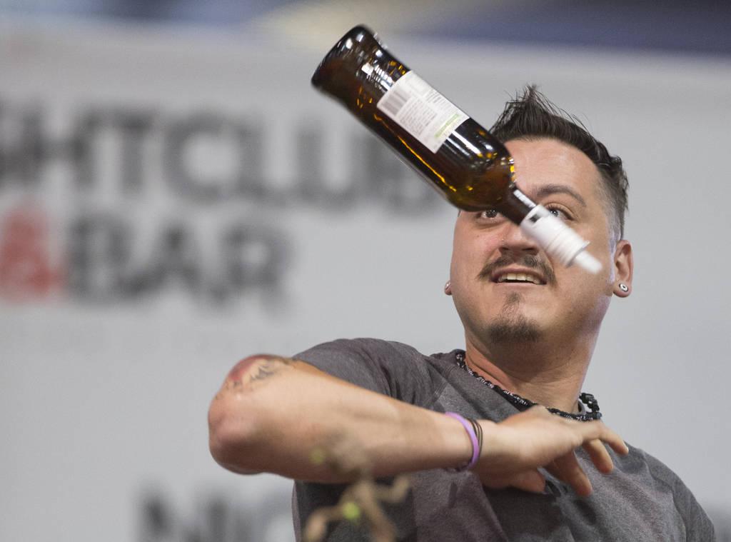 Michael Guzman pse presenta en la competencia de coctelería en el Nightclub and Bar Show el martes 26 de marzo de 2019 en el Centro de Convenciones de Las Vegas, en Las Vegas. (Benjamin Hager Rev ...